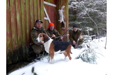 HISTORISK: Her er hund, jegere og harer fotografert ved uthuset til Ludvig Ørnelund. Fra venstre: Ole Ronny Kirkerød, Jens-Vilhelm Johansen og Per Kirkerød.