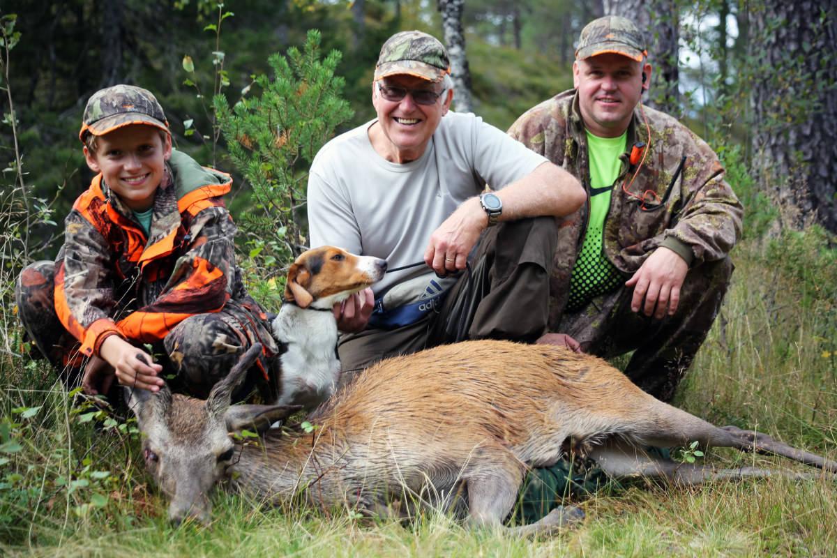 TRE GENERASJONER: Hele familien Flatebø er ivrige hjortejegere, f.v. Mortein, Johan og Jan..