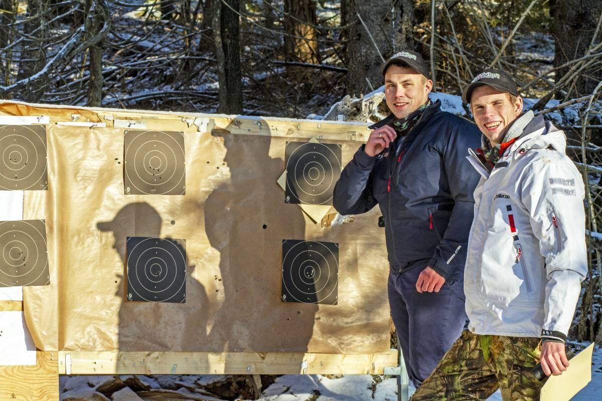 Tung test: Tore Harry Halvorsen (t.v) og Jan Aage Brekke fra Jakt & Friluft er begge over gjennomsnittet ivrige jegere og skyttere. Tore Harry vant NM Nordisk jaktskyting for noen år siden og Jan Aage er bortimot født med rifle mellom hendene.