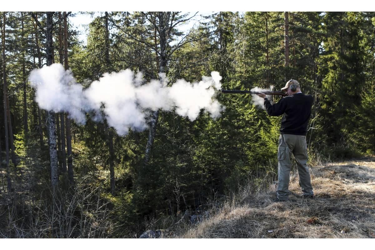 RØYK:  Det ryker godt når man skyter med svartkrutt. Her er det en Pedersoli Tryon i kal. .45 i aksjon.