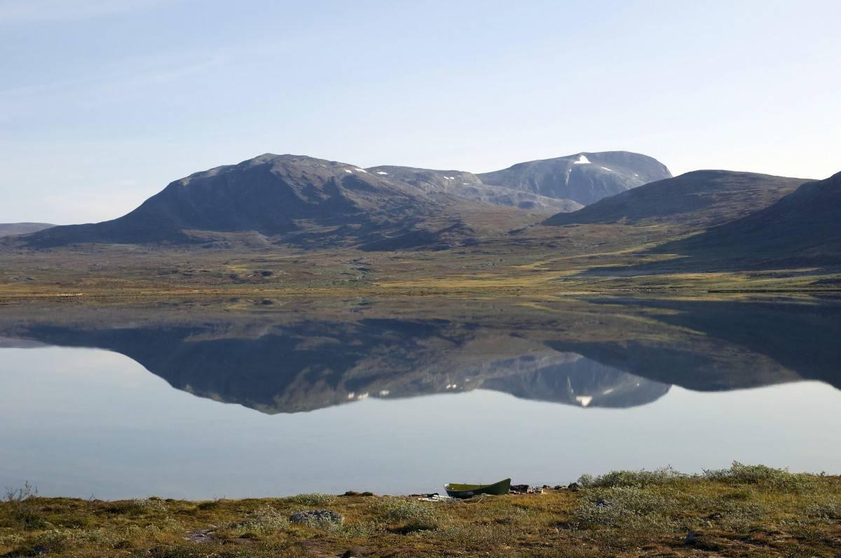 Stille sjø: Drugshøa hviler stilt i speilblanke Lersjøen. I dag må det da vel være mulig å finne villrein?
