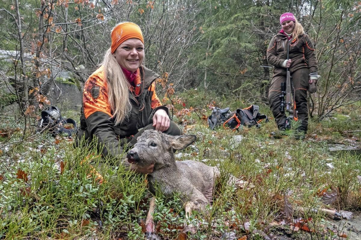 To av Jegerjentene: Helle Johannessen fikk gleden av å felle bukken mens jaktleder Anneline Tangen holdt styr på troppene.