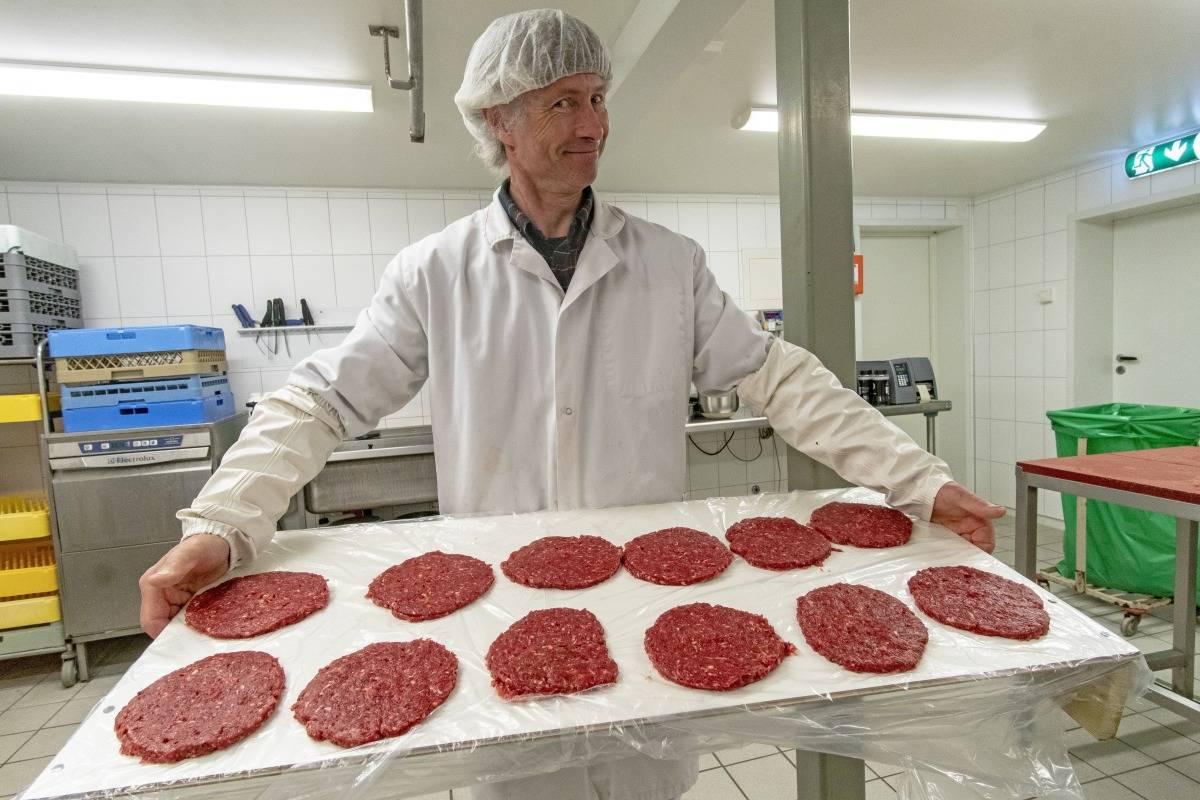 Askvolls Burger King: Kjell Kristian lager så gode hjorteburgere at Hjortesenteret blir utsolgt etterhvert som de produserer.