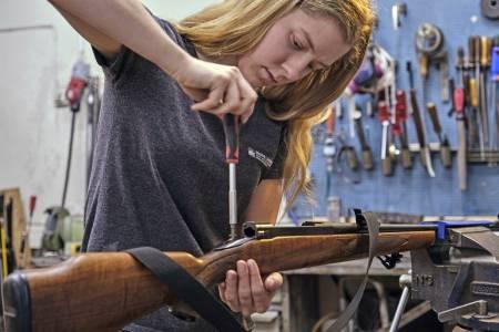 Børsemaker Anne Marte Kvarme spare penger kjøpe brukt våpen