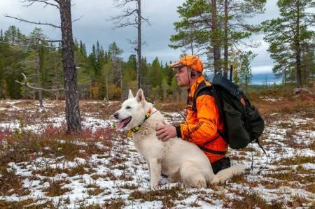 Venter på oksen: Jaktleder Lars Gunnar Storli med den hvite elghunden Biff.