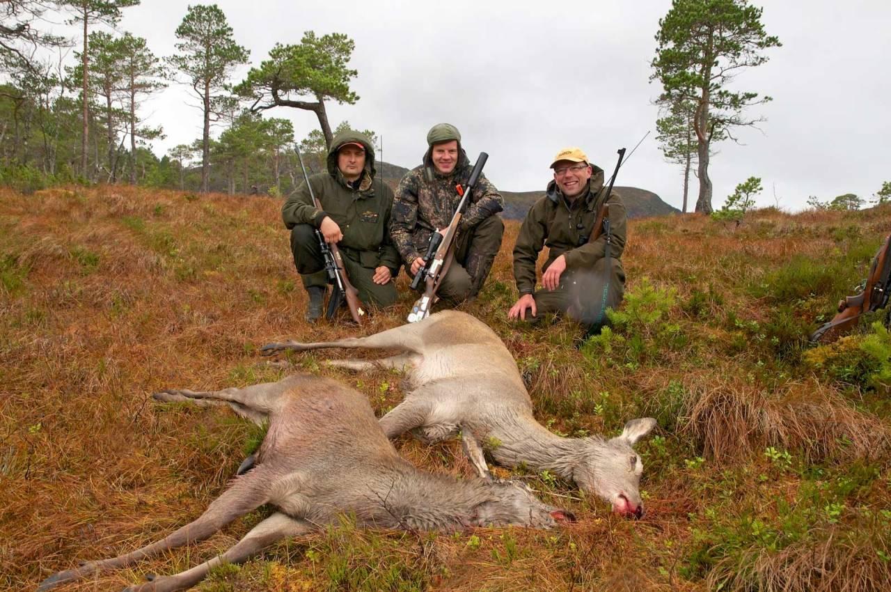 Internasjonale jegere: Det er internasjonalt tilsnitt på den årlige fellesjakta for Torsknuken storviltvald. Fra venstre, en hviterussisk ulvejeger, en lokal hjorteskytter og en dansk småviltjeger.