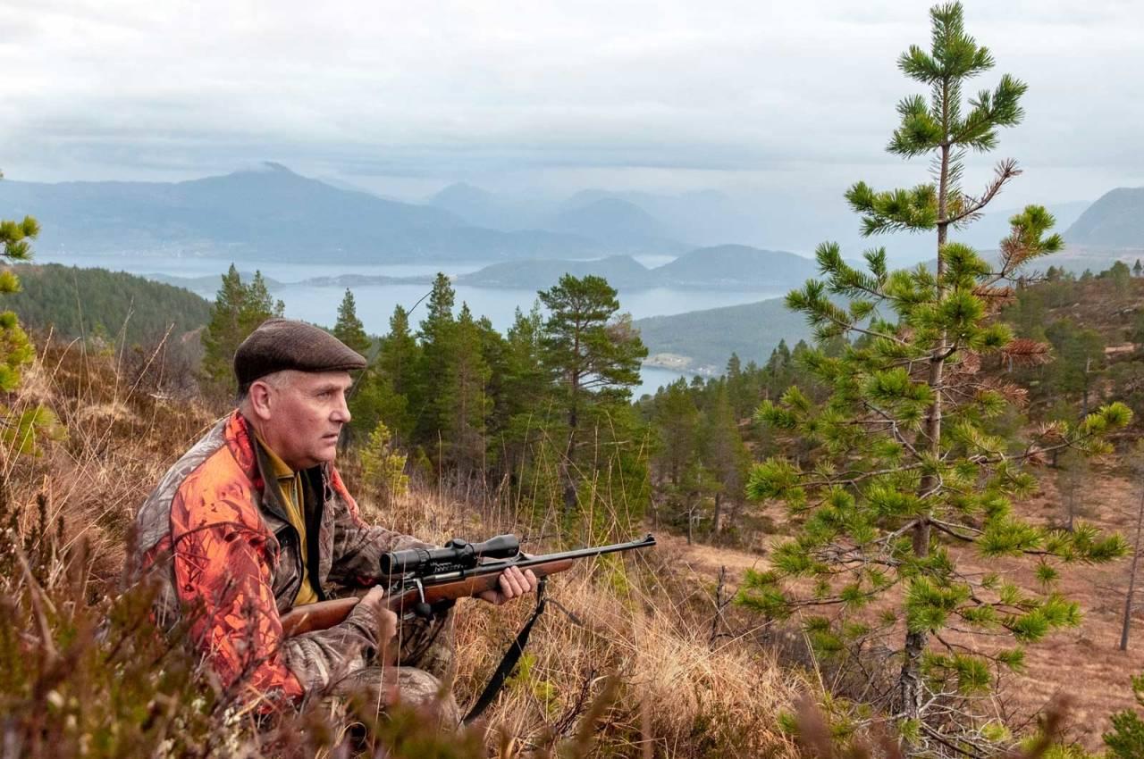 ANNET ENN ØSTFOLD: Østfoldjeger Lars Sandli nyter hjortejakta med utsyn over fjorder og fjell på Nordmøre. Terrenget er ganske annerledes enn der han jakter til vanlig.
