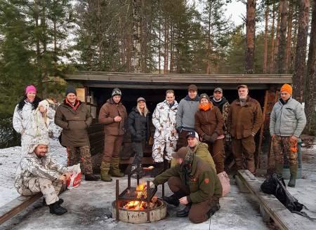 Viktig samlingspunkt: Årets revejakt i Odalen samlet rundt 250 jegere. Her er en flokk glade jegere ved samlingspunktet for laget. Foto: Marte-Emilie Nordli Rustad