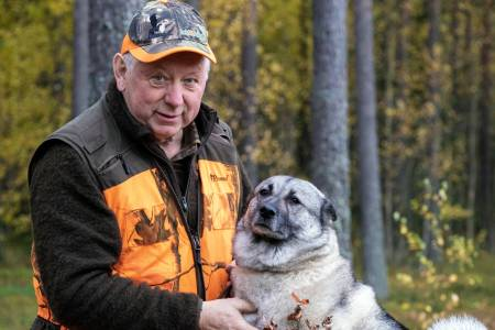 Løshund: Jan Erik Olbergsveen sverger til løshund under ettersøk. Hunden vil alltid følge det dyret som er skadd.