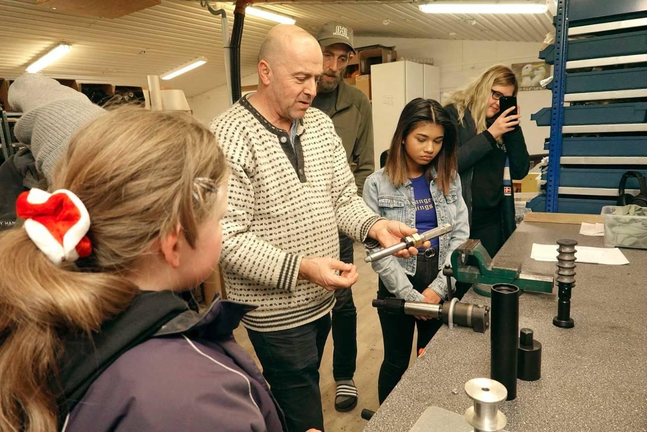 Sjefen sjøl: Hans Petter Hausken viser hvordan en lyddemper fungerer, mens Hannah Nygård Kristiansen, Øyvind Træet, Anjana Paudel og Kjersti Sjølyst Søndenå Nygård følger nøye med.