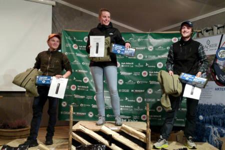 Tre unge hundeførere Sara Kjensrud Auren, Lars Erik Olsen, Gjermund Sæthre på pallen ungdomsmesterskapet i løshund (UM 2021)