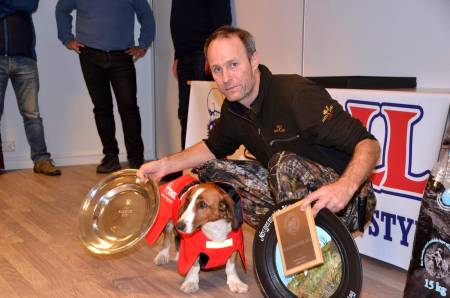 NORGESMESTER: Norsk mester for småhund 2018 ble Bergeråsens Hulda og Rune Hedegart med 3x1. hare + 3. hare og høye egenskapspoeng på de to prøvedagene. (Foto: Paul Bengt Larsen)