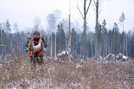 Fornøyd jeger: Martin Petersen med gaupa som han fikk felt, etter å ha skutt bom på første forsøk.