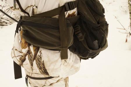 Romslig: Sekkerommet i seg sjøl er stort nok, og hoftelommene rommer det meste du trenger for hånden på jakt.