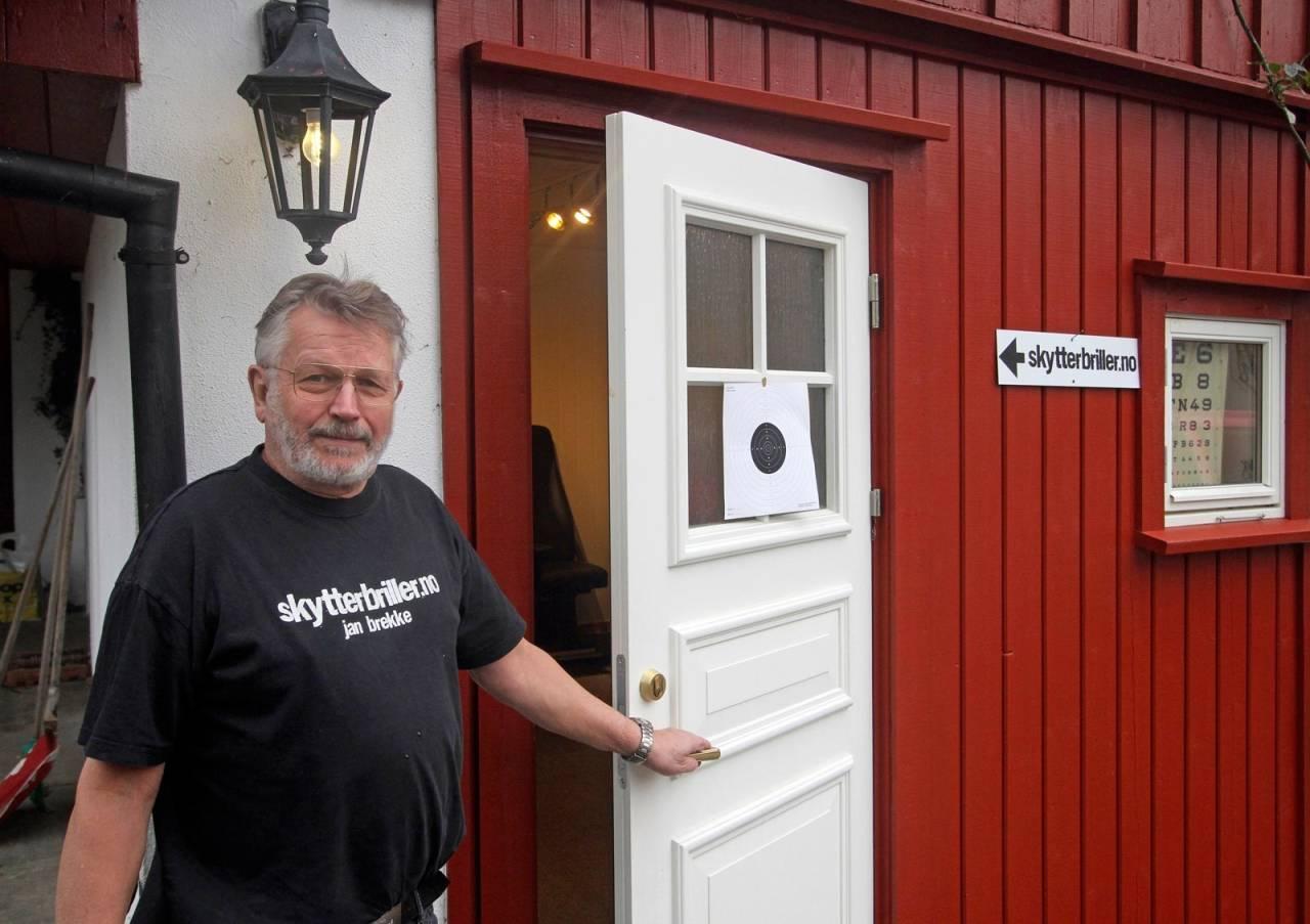 DER INGEN SKULLE TRU: På Harveland utenfor Arendal finner du Jan og hans spesialbutikk Skytterbriller.