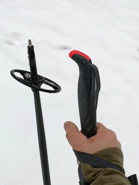 Hurtiglås: Ved å vippe opp den røde plasthendelen, frigjøres reima slik at du kan endre håndas høyde rundt staven.