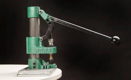FULL KRAFT: Når pressen brukes, er det verktøyet som beveger seg ned over hylsa med stor kraft.