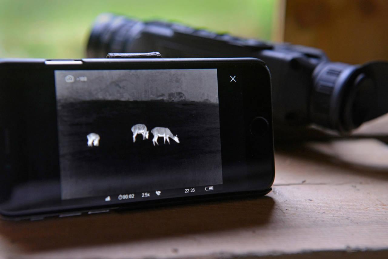På bøen: Med denne kikkerten er det lett å oppdage hjort på lange hold. Overføring til mobilskjerm er en fin egenskap.