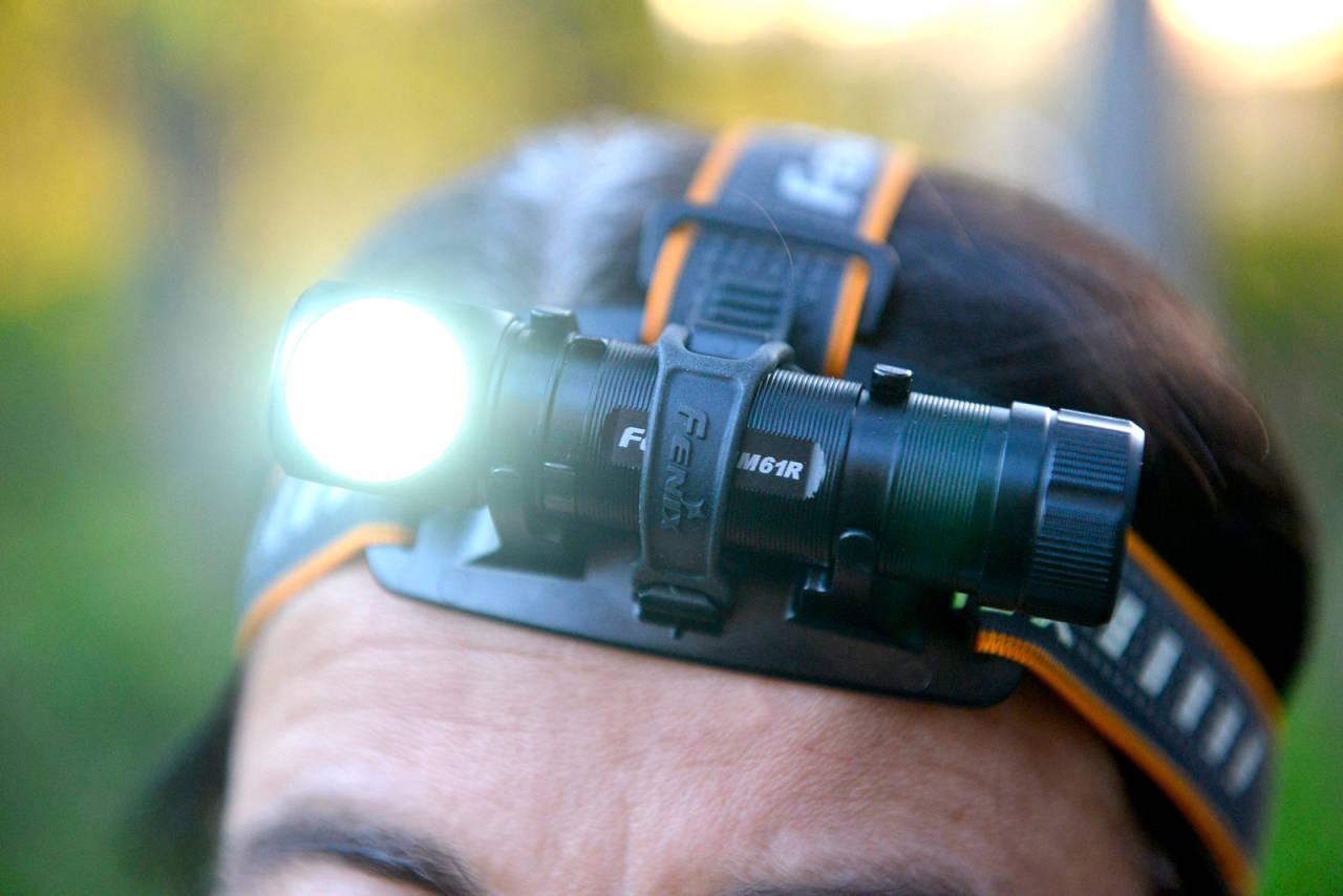Allsidig: Fenix HM61R kan brukes både som hodelykt og håndlykt, eller festes ved hjelp av magnetbunnen.