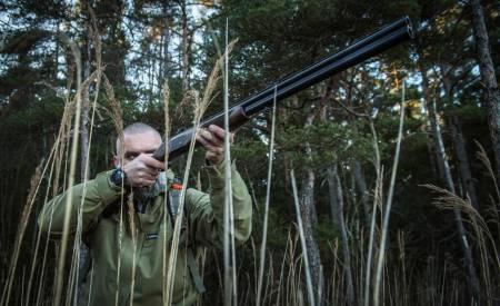 Hagle skytter jeger som sikter trene