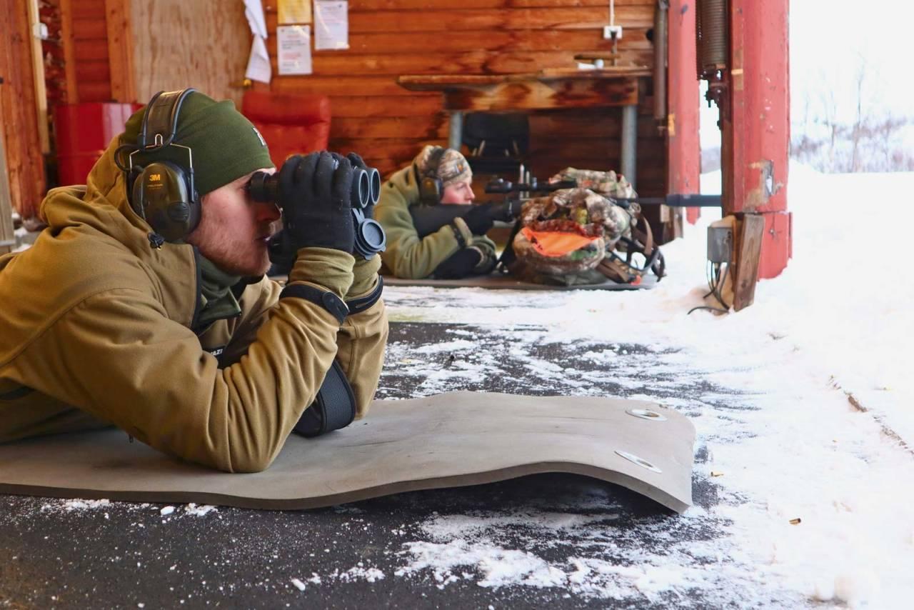 Makker: Å ha med seg en medhjelper til å se treff med kikkerten, er kjekt når man skyter på papp. Det er ikke sikkert at første serie sitter i blinken i det hele tatt. Følg med på snøen/ sanden rundt blinken.