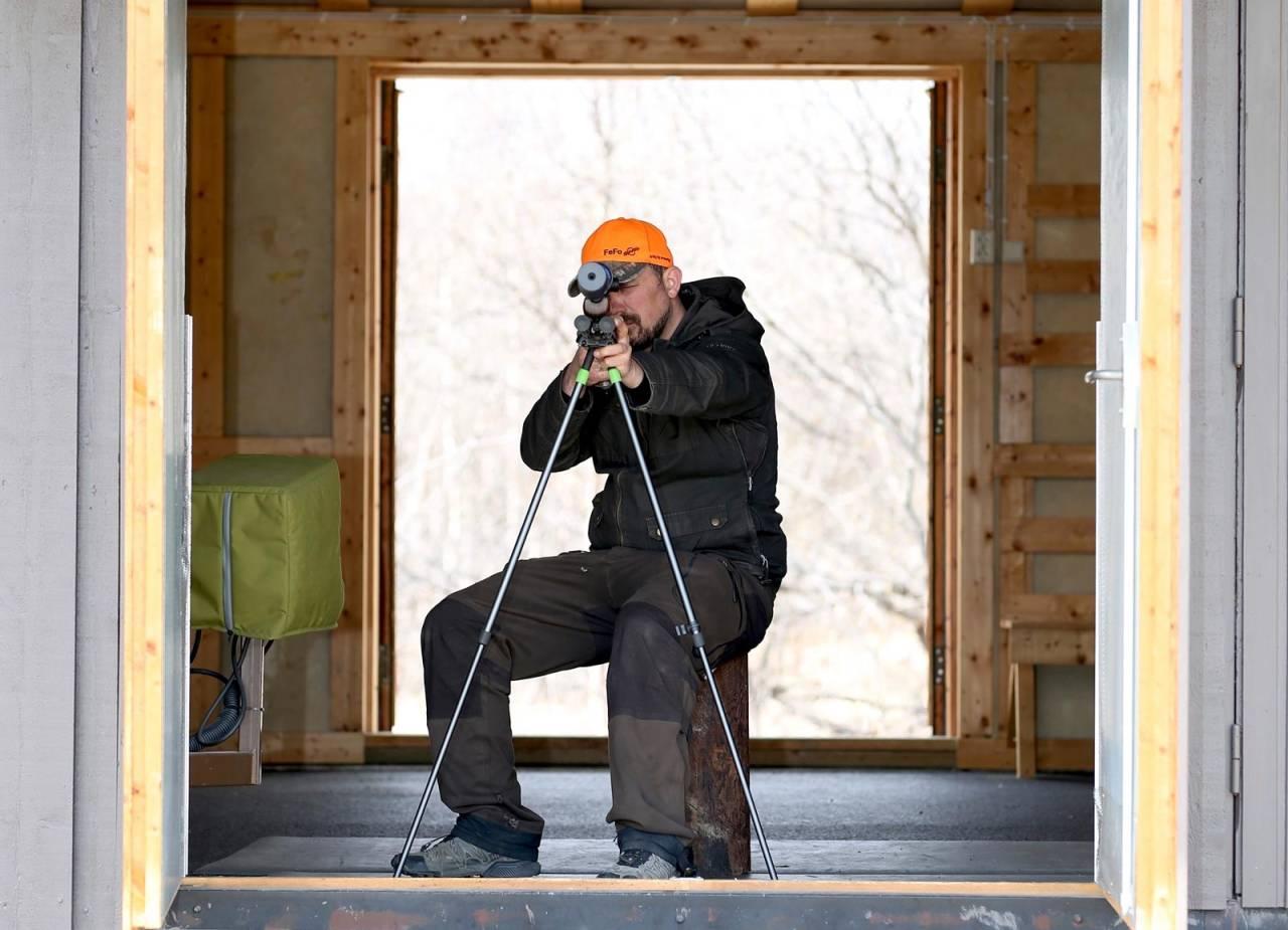 Høyt med tofot: På en høy stubbe eller med standard stolsekk får du fortsatt mye hjelp av tofoten, selv om du ikke får støttet albuene på knærne. Et grep rundt toppen av tofoten gjør det lettere å flytte våpenet sidelengs.