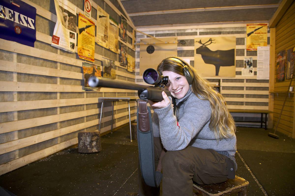 jente som sikter med våpen