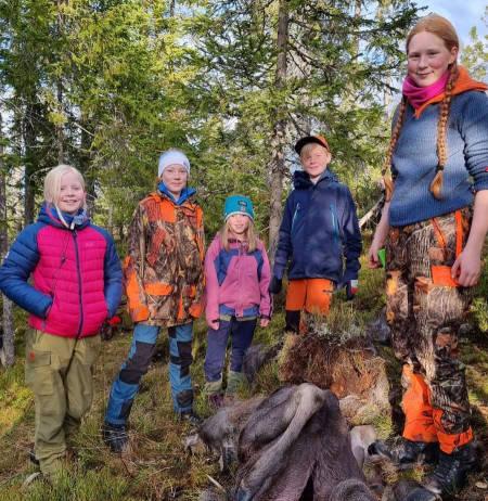 barn foran elgfall på elgjakt jakttradisjoner