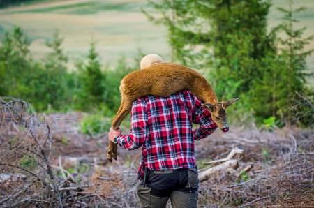 Ubrukelig, ettertenksom: Med bukken på ryggen går jaktsituasjonen på repeat i hodet på vei tilbake til bilen. Skjedde virkelig dette?