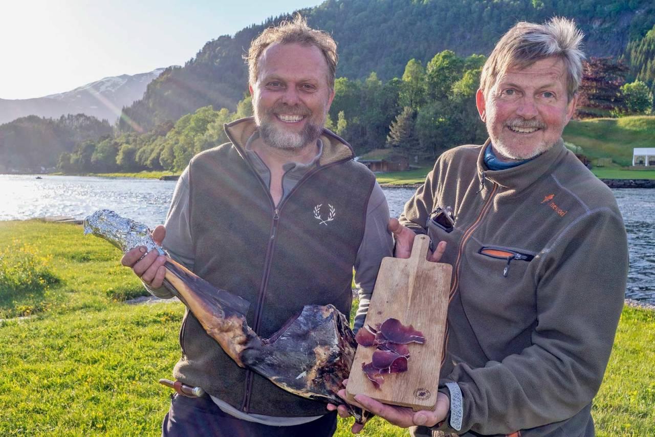 Tro på samarbeid: Johan Trygve Solheim ved Norsk Hjortesenter og gourmetkokk Ole Jonny Eikefjord har god tro på at viltkjøttsenteret skal gjøre viltkjøtt bedre tilgjengelig