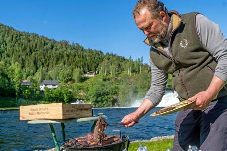 Saftige saker: Brystbein-stykkene fra hjort som Ole Jonny Eikefjord griller, viser seg å bli en suksess blant fiskerne ved lakseelva.